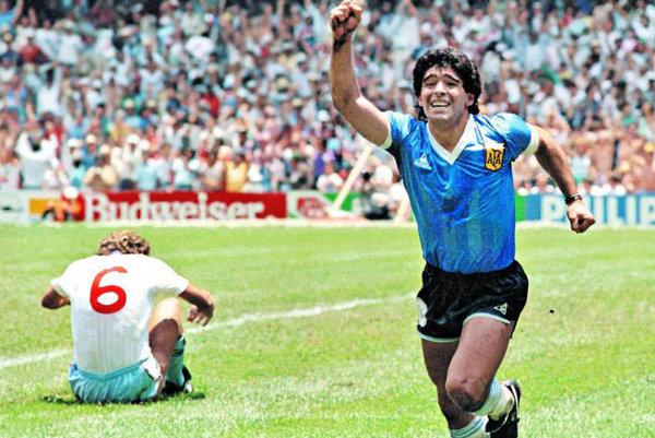 """Argentínsky futbalista Diego Maradona tiež kedysi vyvolal rozruch svojou """"Božiou rukou""""."""