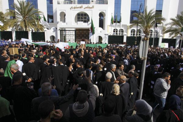 V rôznych častiach Alžírska protestujú od februára v uliciach davy ľudí.