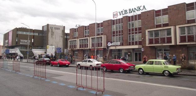 Takto to mohlo pred bankou vyzerať v 90. rokoch.