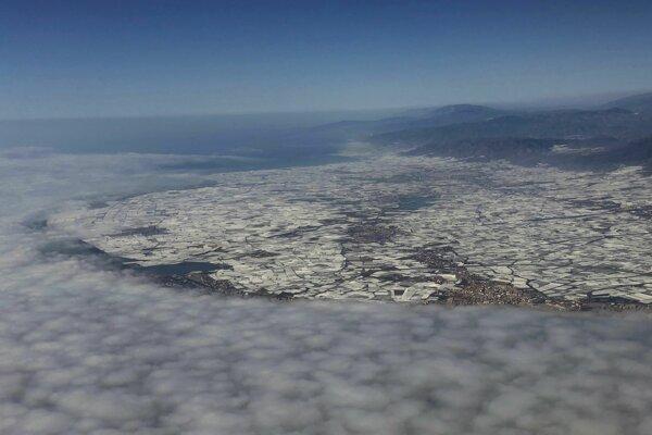 """Pohľad na skleníkové farmy, známe ako """"More plastu"""" v El Ejidu v andalúzskej provincii Almería na juhu Španielska."""
