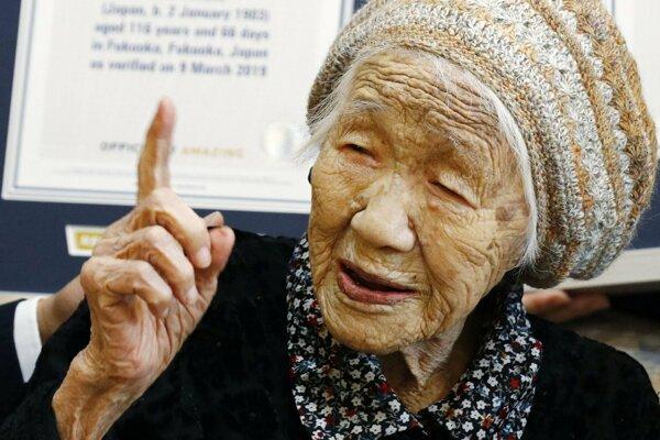 Japonka Kene Tanakaová pózuje s certifikátom Guinnesovej knihy svetových rekordov.