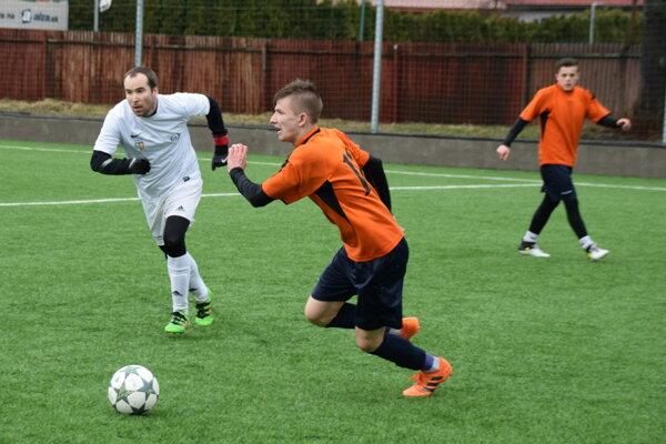 Čadčan Peter Zubka (v bielom) v zápase proti Sučanom.