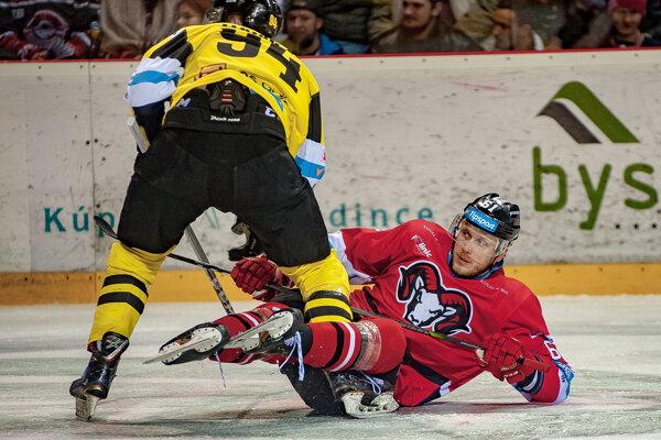 Na snímke sprava Marek Bartánus (Banská Bystrica) a Viktor Fekiač (Detva) počas prvého zápasu štvrťfinále play-off Tipsport ligy v hokeji HC'05 iClinic Banská Bystrica - HC 07 Detva