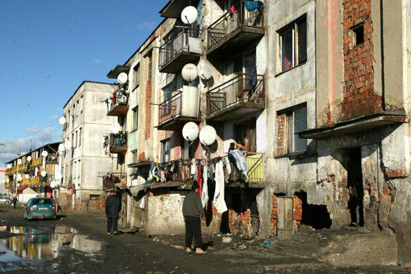 """Niektoré obete pochádzali z rómskej osady v Trebišove, kde žili v katastrofálnych podmienkach. Nečudo, že naleteli sľubom o lepšom živote """"na Západe""""."""