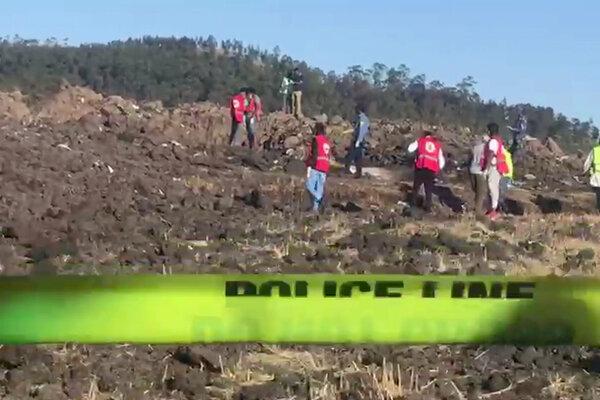 Záchranári na mieste pádu lietadla.