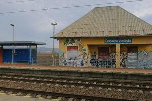 V Drahovciach už nestoja žiadne vlaky. Stanica je opustená.