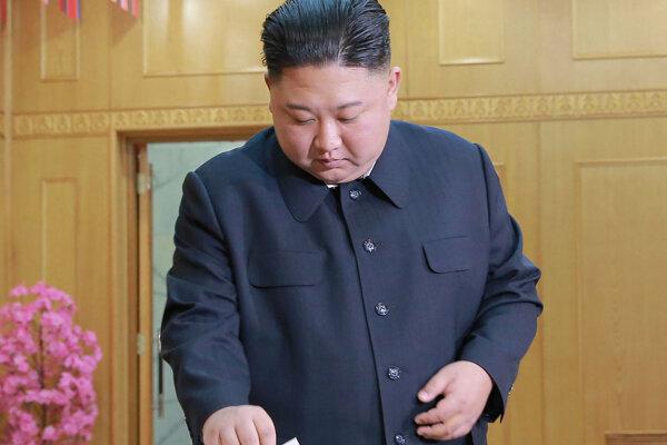 Kim Čong-un odovzdáva svoj hlas vo voľbách.