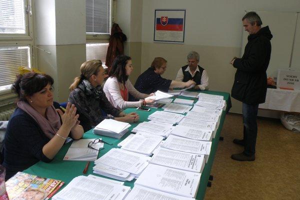 Dvadsiaty prievidzský volebný okrsok má volebnú miestnosť v Obchodnej akadémie. Hlasovanie tam je zatiaľ pokojne.