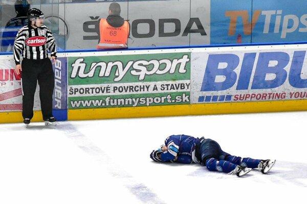 Reprezentant Róbert Lantoši nedohral zápas po opakovaných atakoch Trenčanov.