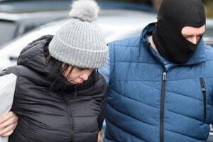 Alenu Zsuzsovú, ktorá je obvinená v prípade vraždy novinára Jána Kuciaka, odvádzajú z výsluchu v Nitre.
