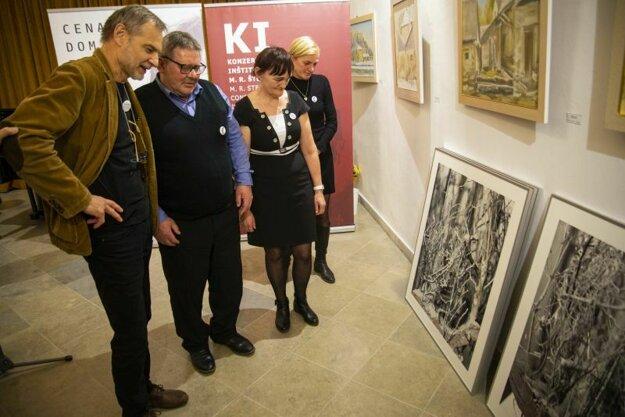 Vľavo maliar Daniel Fischer odovzdáva Výtvarnú cenu rodičom zosnulého novinára Jána Kuciaka a jeho priateľky Martiny Kušnírovej počas slávnostného udeľovania Ceny Dominika Tatarku za rok 2018.