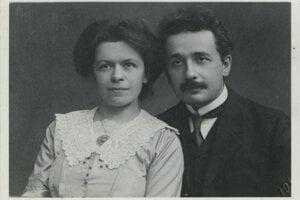 Albert Einstein ( 14. marca 1879 - 18. apríl 1955) s manželkou Milevou Maričovou na fotografii, ktorá vznikla v Prahe v roku 1912.