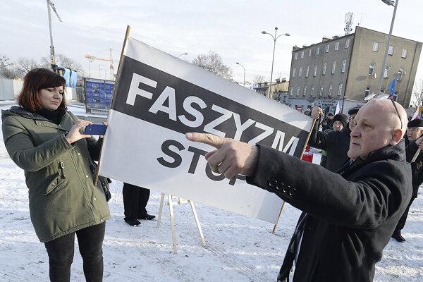 V Poľsku v poslednom období zaznamenali nárast prejavov rasizmu či antisemitizmu na sociálnych sieťach, grafitoch i prejavoch zaznievajúcich vo verejnom priestore.