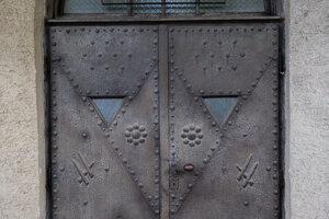 Kresťanská symbolika sa prejavila na ornamentálnych kovových dverách do kostola, zobrazujú napríklad tri klince Kristovho utrpenia na kríži.