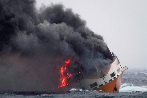 Na snímke požiar na talianskej nákladnej lodi Grande America.