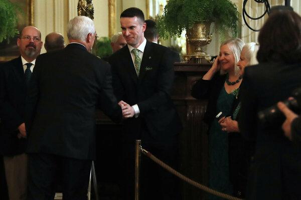 Mike Pence a parner írskeho premiéra Matt Barret.