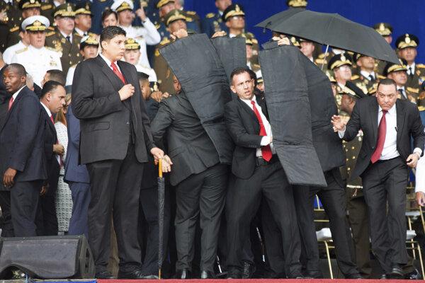 Ochrankári chránia prezidenta Madura počas pokusu o atentát.