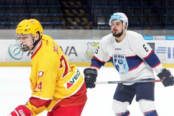 Vpravo obranca Nitry Marek Martiška, ktorý prispel jedným gólom k víťazstvu. Vľavo útočník Dukly Samuel Pelech.
