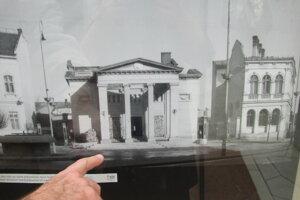 Poškodené divadlo po vojne zbúrali.