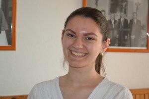 Študentka Laura Černegová odkazuje mladým, aby volili.
