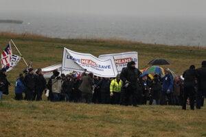 Skupina sa vydala na pochod po zablatenej pobrežnej ceste z mesta Sunderland.