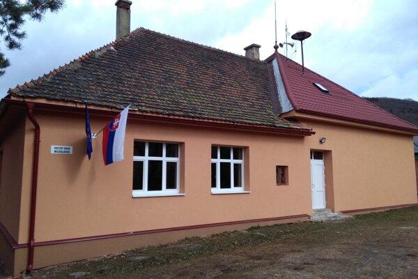 Volebná miestnosť je v Michalkovej na obecnom úrade.