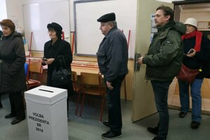 Vo viacerých miestnostiach v Trnave stáli ľudia na voľby v rade.