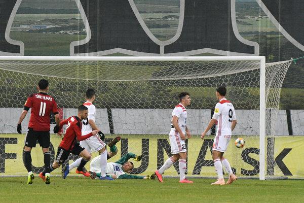 Anton Sloboda rozhoduje zápas Trenčín - Trnava.