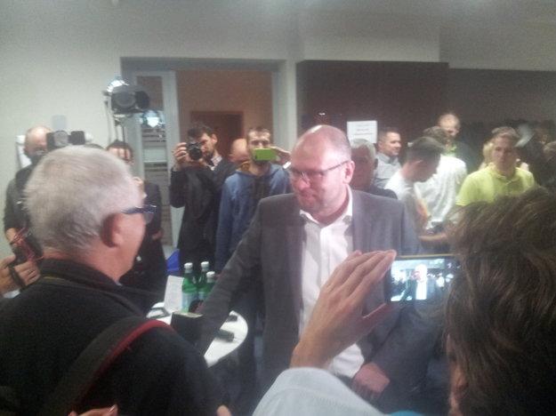 Richard Sulík dorazil do centrály SaS a zvítal sa s novinármi.
