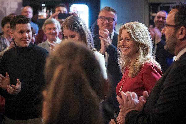 Zuzana Čaputová sa teší z výsledku vo svojej volebnej centrále.