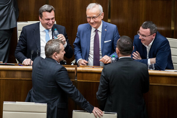 Zľava šéf SNS Andrej Danko.