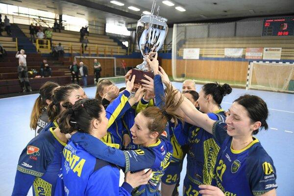 Radosť hádzanárok Iuventy po zisku prvej trofeje v tejto sezóne.