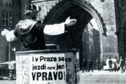 Na archívnej snímke z roku 1939 riadi dopravný strážnik dopravu v Prahe.