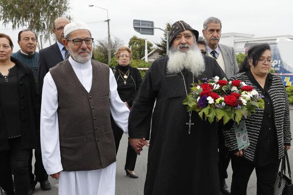 Imám Ibrahim Abdul Halim a predstaviteľ koptskej kresťanskej cirkvi Felimoun El-Baramoussy demonštrujú súdržnosť po atentáte na moslimov na Novom Zélande.