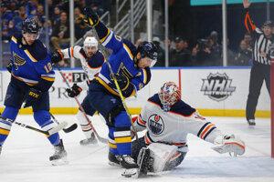 Alexander Steen (uprostred) zo St. Louis Blues pred brankárom Edmontonu Oilers Mikko Komskinenom.