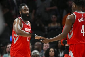 James Harden (vľavo) z Houstonu Rockets.