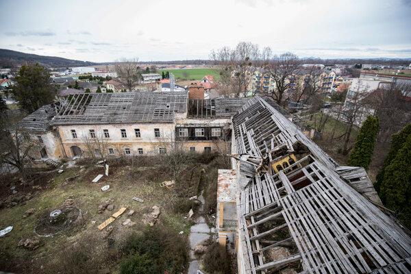 Zničený kaštieľ v Sokolovciach.