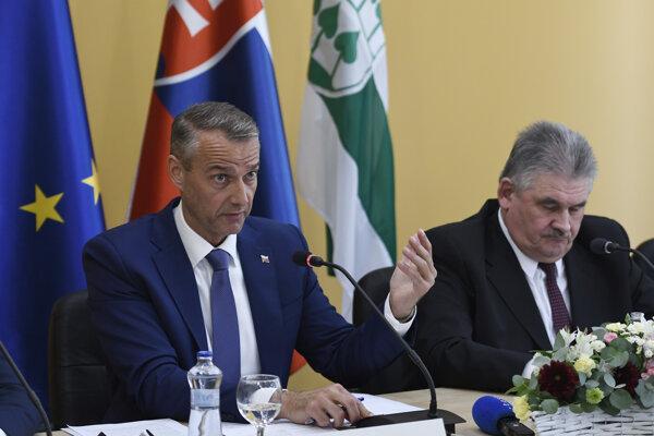 Na snímke zľava podpredseda vlády SR pre investície a informatizáciu Richard Raši, ktorý chce v súčinnosti so starostom Švedlára oživiť nevyužívaný lom.
