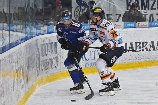 Na snímke hráč Popradu Marek Zagrapan (vľavo) a hráč Košíc Jere Pulli