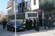 Policajti sprevádzajú maďarských fanúšikov.