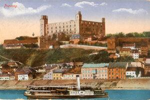Pohľad na Bratislavu na historickej pohľadnici.