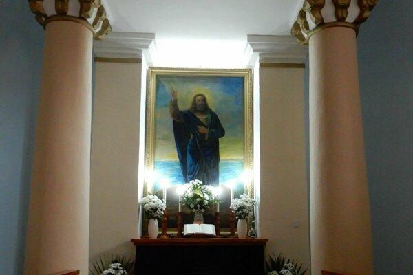 Na snímke časť oltára v klasicistickom evanjelickom kostole v obci Kladzany