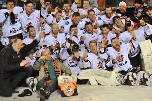 Hokejisti Michaloviec sa radujú z postupu.