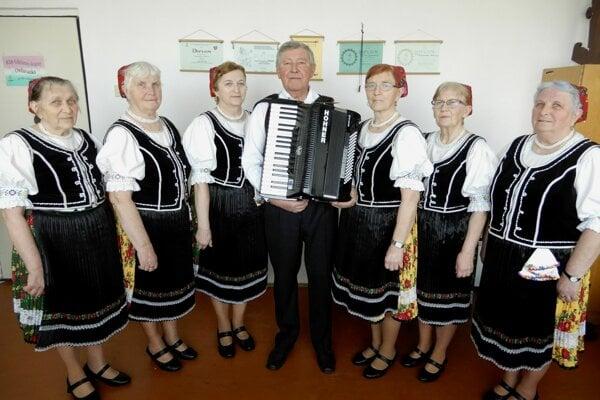 Na snímke členovia speváckej skupiny Ondavanka z obce Kladzany