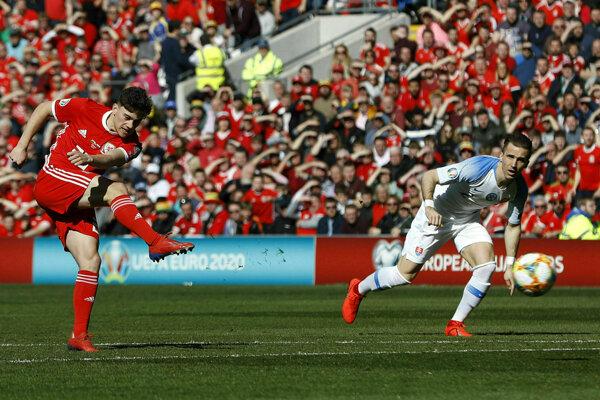 Peter Pekarík sleduje, ako Daniel James strieľa úvodný gól zápasu Wales - Slovensko v kvalifikácii o postup na ME vo futbale 2020.