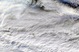 Zostatky z prechodu meteoru atmosférou Zeme 18. decembra 2018. Na záberoch je vidieť tieň trasy meteoru na bielych vrcholkoch oblakov.