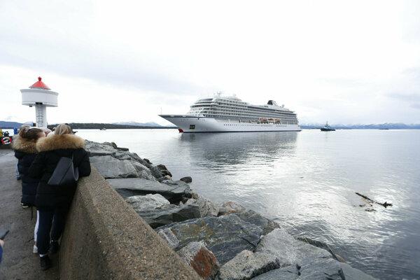 Loď Viking Sky kotví v nórskom Molde.