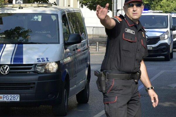 Čiernohorský policajt usmerňuje premávku. Ilustračné foto