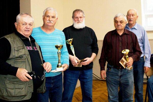 V strede traja najlepší hráči. Vľavo Vojtech Gatyáš, prezident Požitavskej ligy mariášu, vpravo Peter Strieška, organizátor z Volkoviec.