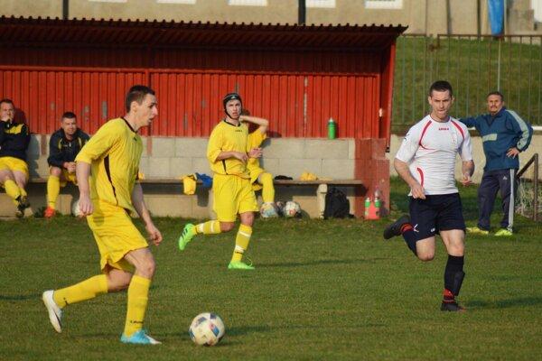Na snímke sú obaja strelci gólov. S loptou Daniel Drienovský, vpravo v bielom Ľuboš Korec.